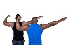 Amis forts posant avec des bras  Photographie stock libre de droits