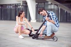 Amis gais à l'aide des scooters de coup-de-pied Images libres de droits