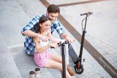 Amis gais à l'aide du scooter Photographie stock