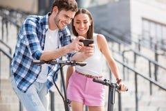 Amis gais à l'aide du téléphone portable Photos libres de droits