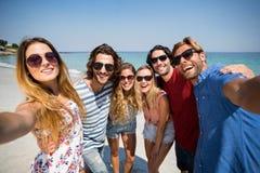 Amis gais à la plage le jour ensoleillé Photo libre de droits