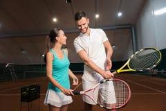 Amis gais étant prêts pour jouer au tennis Photo libre de droits