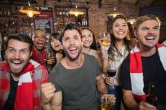 Amis gais appréciant dans le bar Images libres de droits
