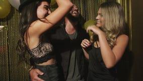 Amis gais appréciant une partie au bar banque de vidéos