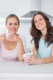 Amis gais ayant des tasses de café Photographie stock libre de droits