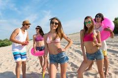 Amis gais ayant l'amusement sur la plage Photographie stock libre de droits