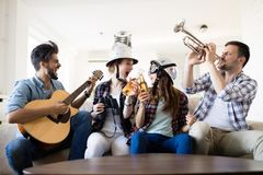 Amis gais ayant la partie ensemble et jouant des instruments Photo libre de droits