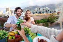 Amis gais buvant des cocktails et des bières Images libres de droits
