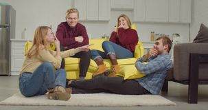 Amis gais choisissant qui veulent des charades de action banque de vidéos