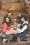 Amis gais détendant en café ensemble Images libres de droits