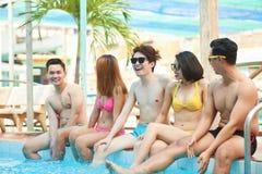 Amis gais dans la piscine Images libres de droits