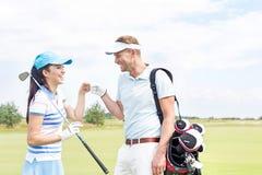 Amis gais donnant le top-là au terrain de golf Photographie stock