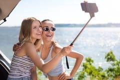 Amis gais faisant des selfies Images libres de droits