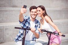 Amis gais faisant des selfies Photographie stock libre de droits