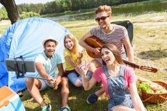 Amis gais faisant le selfie près de la rivière Photographie stock libre de droits