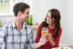 Amis gais grillant le vin blanc Photographie stock libre de droits