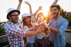 Amis gais heureux passant des temps d'amusement ensemble Image libre de droits