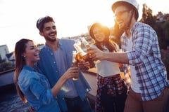 Amis gais heureux passant des temps d'amusement ensemble Photographie stock