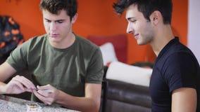 Amis gais jouant des cartes Photographie stock
