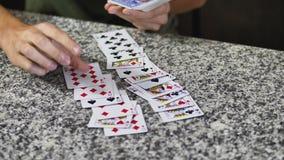 Amis gais jouant des cartes Images libres de droits