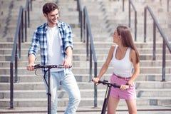 Amis gais montant des scooters Photo stock