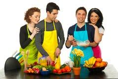 Amis gais préparant la nourriture Photographie stock libre de droits