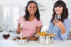 Amis gais préparant le dîner ensemble Photos libres de droits