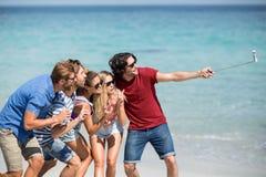 Amis gais prenant le selfie à la plage Images libres de droits