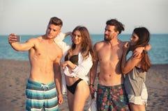 Amis gais prenant le selfie à la plage Photo libre de droits