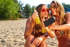 Amis gais prenant le selfie Photographie stock