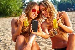 Amis gais prenant le selfie Photo libre de droits