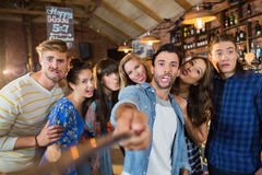 Amis gais prenant le selfie dans le bar Photos libres de droits