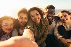 Amis gais prenant le selfie des vacances Photographie stock libre de droits