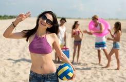 Amis gais se reposant sur la plage Photos libres de droits