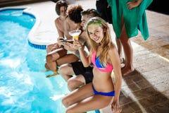 Amis gais souriant, se réjouissant, se reposant à la partie près de la piscine Photographie stock