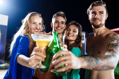 Amis gais souriant, se réjouissant, se reposant à la partie près de la piscine Images libres de droits