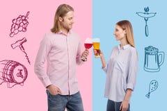 Amis gais souriant tout en résonnant des verres avec de l'alcool Photos libres de droits