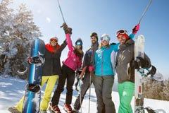 Amis gais gais sur le ski de montagne Image stock