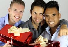Amis gais tenant des cadeaux Photo libre de droits