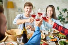 Amis grillant au dîner de thanksgiving Image libre de droits