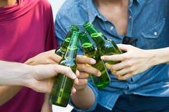 Amis grillant avec de la bière Images libres de droits