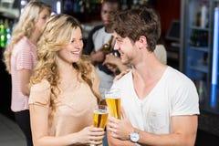 Amis grillant avec de la bière Image stock