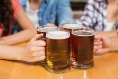 Amis grillant avec des bières Photographie stock