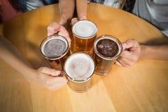 Amis grillant avec des bières Photographie stock libre de droits