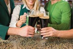 Amis grillant avec des bières Image libre de droits