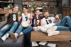 Amis grillant avec des bouteilles à bière Image stock