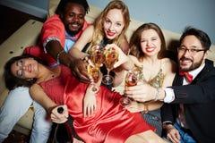 Amis grillant avec des cannelures de champagne Photo stock