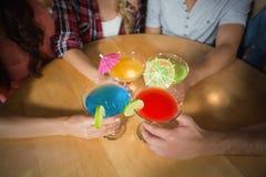 Amis grillant avec des cocktails Photos stock