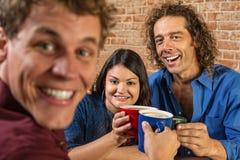 Amis grillant avec des tasses de café Photos libres de droits