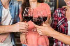 Amis grillant avec du vin Images stock